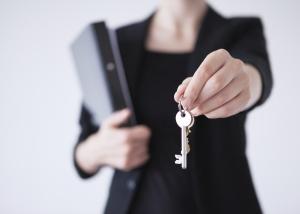 Business-Woman-handing-over-keys-000044493998_XXXLarge